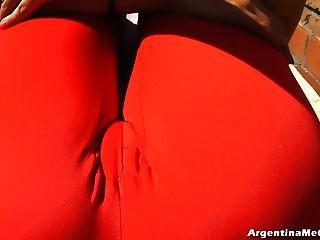 Grandes tetas y cameltoe grande haciendo yoga sexy en pantalones ultra ligados