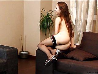 Virginia adolescente posando y spreadingon un sofá