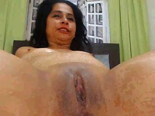 Ebony babe extiende su culo engrasado de par en par abierto