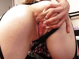 Rubia joven rubia se ve impresionante en encajes sexy y medias