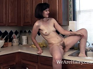 Kelly jones usa la cocina para ponerse muy sucia