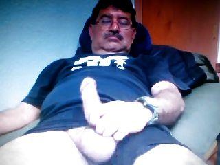 Papá mexicano mostrando su gran polla en la cámara