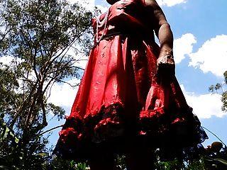 Rayo de sissy en vestido de raso rojo que remolina upskirt