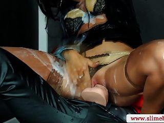 Sexy strapon lesbian en gloryhole pegged