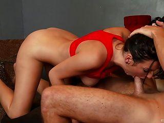 Adolescente sexy recibe su coño apretado golpeó