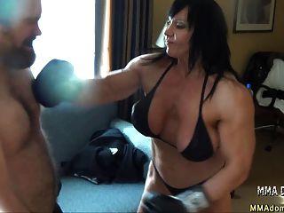 Beatdowns caliente de la muchacha del músculo del boxeo