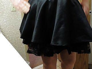 Rayo de sissy en corsé púrpura y falda negra de las criada