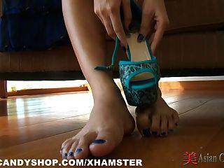 Striptease asiático y juego de pies