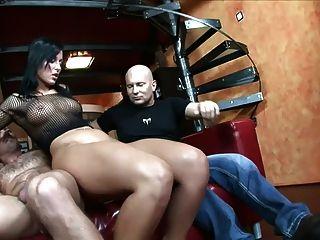 Sexo en un sofá rojo