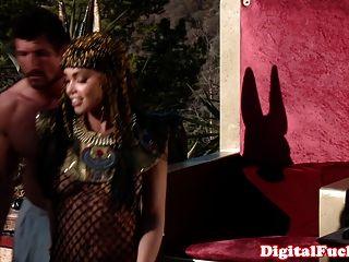 Hermosa reina egipcia es hoovering polla