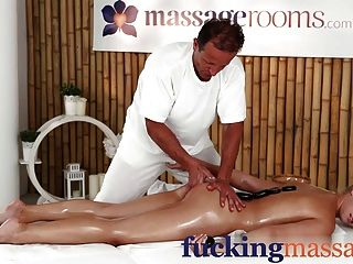 Salas de masaje joven belleza chica universitaria tiene orgasmo
