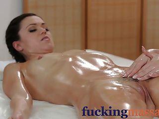 Salas de masaje sexy lesbianas jóvenes tienen la diversión grasa