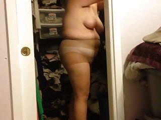 Mujer poniendo en sus panty azadas, negro faja sobre bbw cuerpo