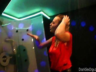 Polluelos de fiesta puta follando en un club