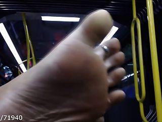 Pies y suelas candentes en el autobús