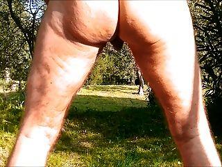 Anal oruga consolador desnudo en el bosque
