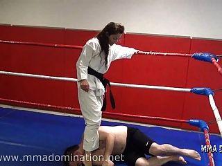 Beatdowns mixtos del headscissor de la lucha que pisotean la humillación