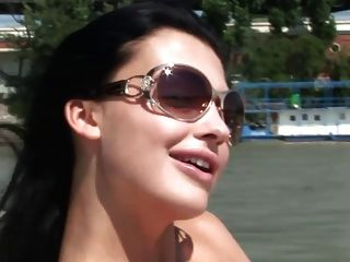 Topless en un barco del río