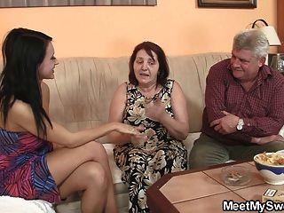 Chica inocente es seducida por abuelita y follada por papi