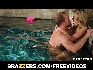Charlee monroe se desnuda y jode duro en la piscina
