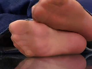 Dos niñas muestran pies