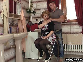 Esposa sale y se golpea su mamá caliente