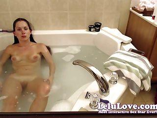 Webcam chica se lava el pelo y se afeita las piernas y el coño en el baño