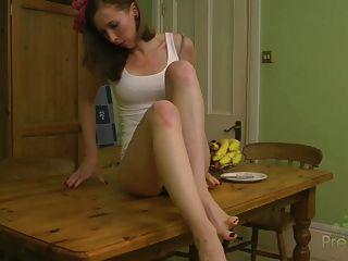 Leila se desnuda sobre la mesa