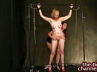 Christina carter cosquillas tetas grandes