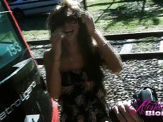 Alessandra rubia en un vestido floral