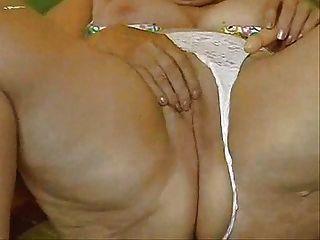 Abuelita cachonda masturbándose su coño grande!