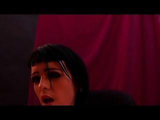Chorreando a la chica punk por vampiro maestro