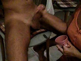 Chica beber cum de taza