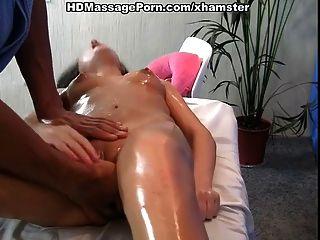 Sexy babe con pelo largo quiere masaje caliente