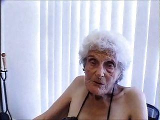 Chico joven golpeando la puta más vieja en Internet