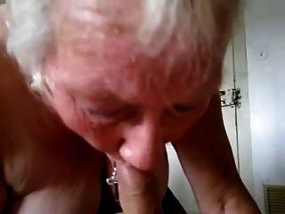 Abuelita chupa y traga