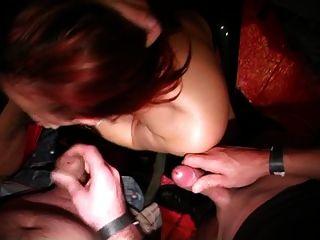 Chica belga chupa gallos en un congreso porno