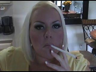 Caliente tetona rubia milf fumando solo