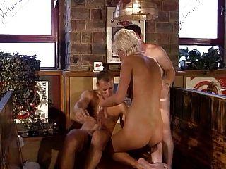 Sexy chica de pelo corto doble penetración en una mesa
