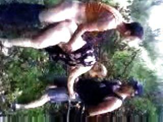 Vacaciones en croacia esposa golpeando en el bosque