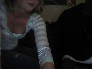 Esposa chupa polla negro en el sofá