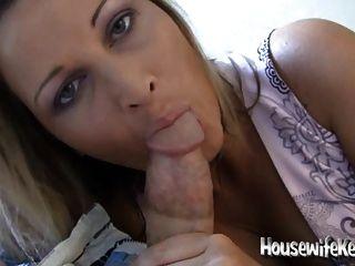 Sexy esposa chupa polla y traga para su hombre