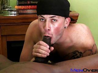 Chico negro caliente folla a un lindo chico blanco tatuado