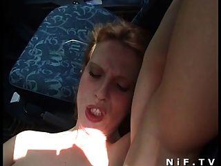 Puta francesa se sodomiza al aire libre y en el coche