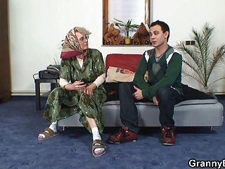 Abuelita solitaria chupa su polla