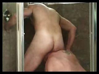 Hombres maduros chupar y culo lamiendo en la ducha.