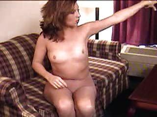 Consolador diversión en pantyhose en el sofá