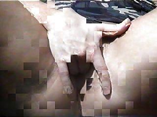 Un amigo mío se masturba para mí en el patio trasero