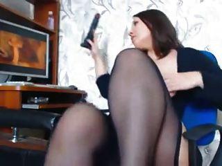 Una mujer con hermosas curvas se masturba viendo un porno