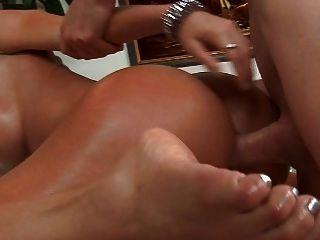 Latina muy caliente obtiene buena analfuck y cum en el culo